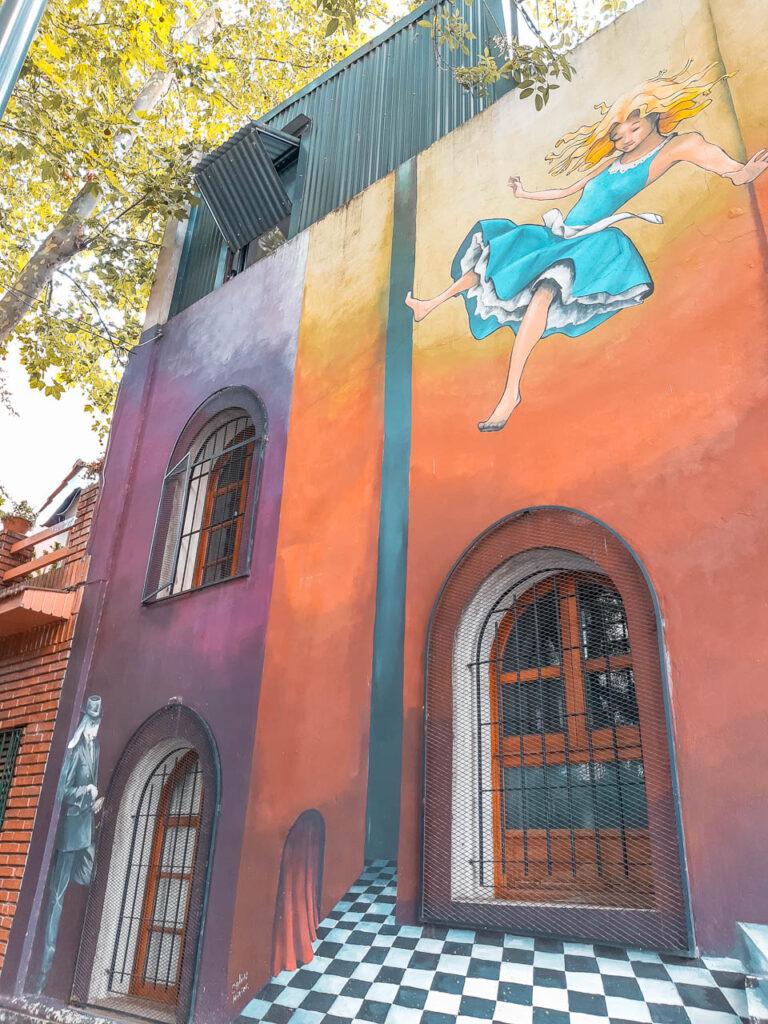 """""""Mural Alicia y el conejo porteño"""", el street art copa colegiales"""