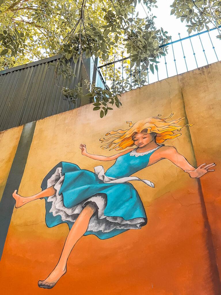 """""""Mural Alicia y el conejo porteño"""" en pleno Colegiales"""