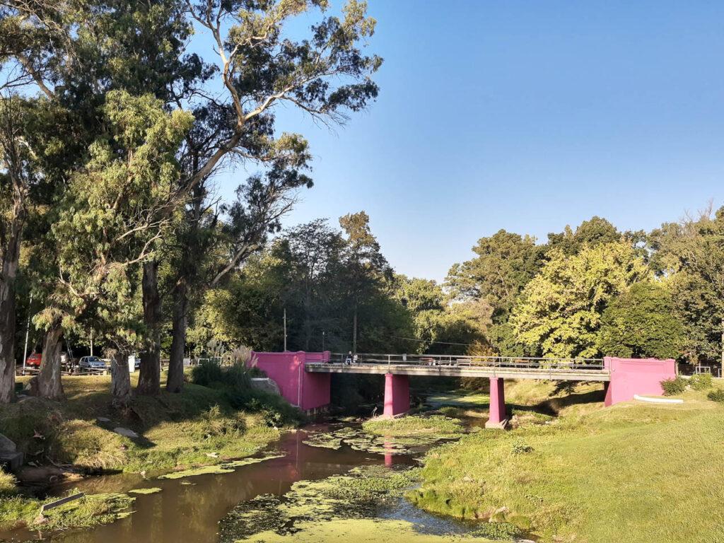 Puentes y arroyos entre las áreas verdes de Capilla del Señor